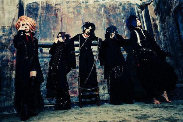 UNDER FALL JUSTICE 2015: Gitarrist Shouma, Bassist Akito, Sänger Airou, Gitarrist Yukuya, Drummer Jin