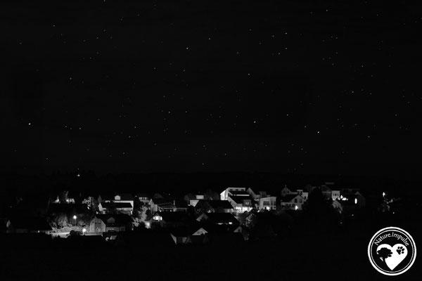 Kleines Dorf bei Nacht