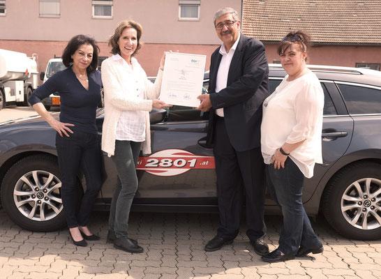 Der Taxi2801-Vorstand mit der Urkunde: (v.l.) Soraja Glantschnigg, Barbara Jöllinger, KommR Fardin Tabrizi (Obmann) und Isolde Neumeister (Obmann-Stellvertreterin)