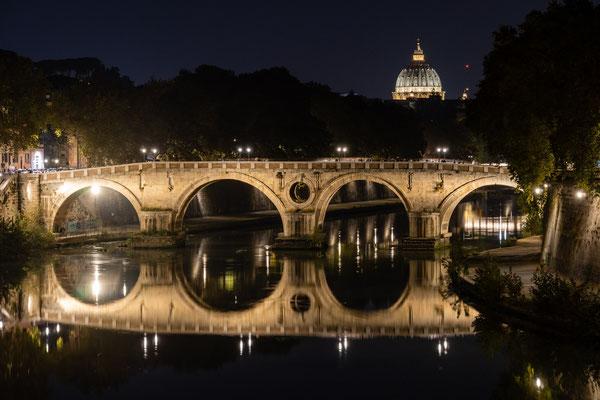 Blick über eine Tiberbrücke zum Petersdom