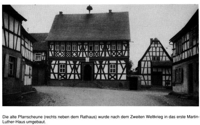 Rathaus und Pfarrscheune vor 1945, Quelle: Chronik 1150 Jahre Marköbel - 850 Jahre Baiersröderhof, Seite 192