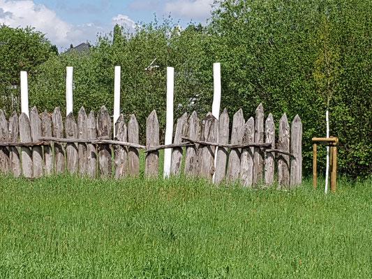 """Fünf Stelen an der Rekonstruktion der Limespalisaden """"In den Gräben"""""""