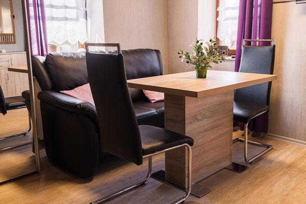 Esstisch mit Stühlen und Couch