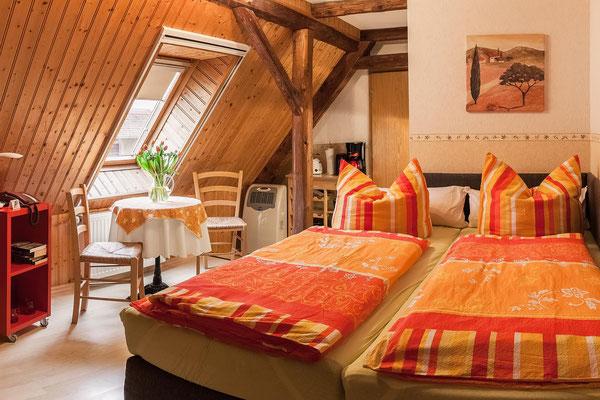 Doppelbett und Sitzgelegenheit