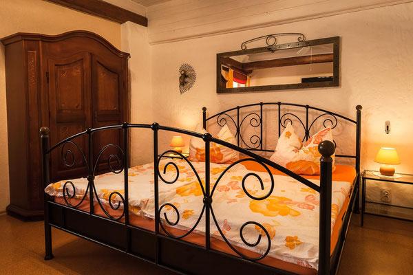 Metalldoppelbett für zwei Personen