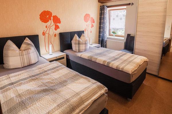 zwei Einzelbetten mit Kleiderschrank