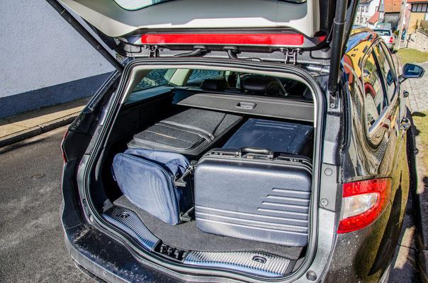 Kofferraum mit 2 großen Koffern und 2 kleinen Koffern