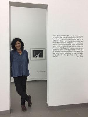 Adriana Lestido, neben dem Text zur Ausstellung / Adriana Lestido, al lado del texto sobre la exposición