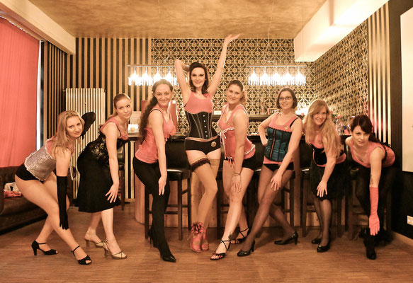 JGA-/Hen-/Bachelorette-Party Burlesque-Privatworkshop in Dixie Dynamite's School Of Burlesque & Vintage Dance Studio in München