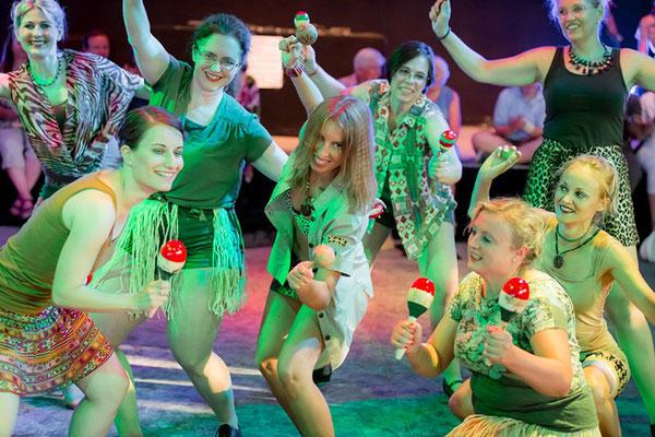 Steptanz: Schüler-Tanzshow vom Vintage Dance Studio auf dem Münchner Tollwood Festival. Foto: Michael Föhlinger