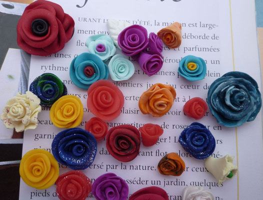 Mini-roses multicolores à coller (sans trou). 1,80€ le lot de 4  mini-roses