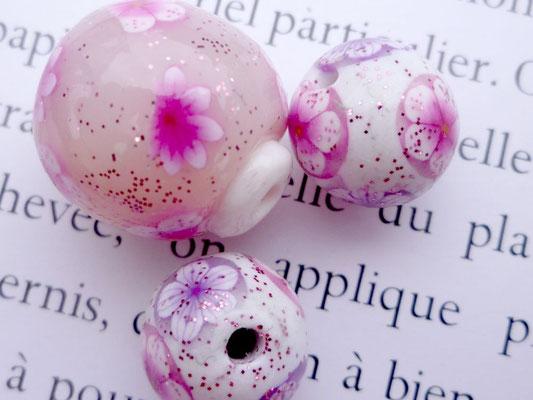 Perles translucides avec motif  fleurs cerisier en pâte Fimo (entre 20mm et 15 mm) 2€ le lot de 3 perles