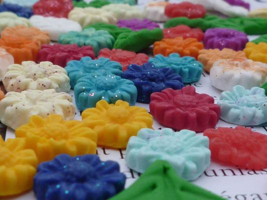 Fleurettes en pâte Fimo multicolores. 1€ le lot de 10