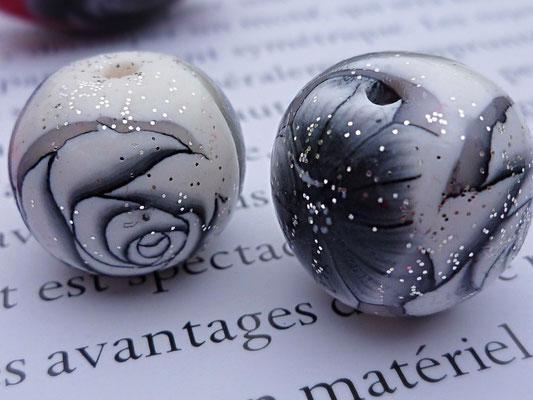 Perles en pâte Fimo motif roses noires et blanches (15mm X 15mm), 0,60€ l'unité
