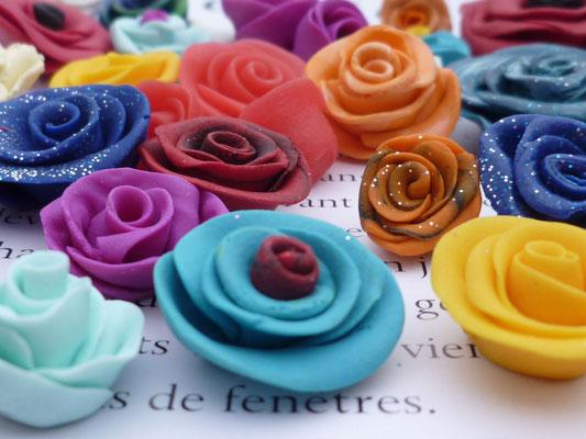Mini roses  à coller en pâte Fimo, multicolores (entre 10mm et 20mm) de 0,50€ à 1€ suivant la taille