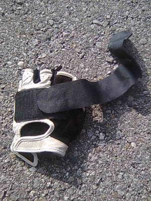 Nur im Rennen zusätzliche Sicherung der Hand mit Kletthandschuh, beim MTB im Gelände immer mit Kletthandschuh