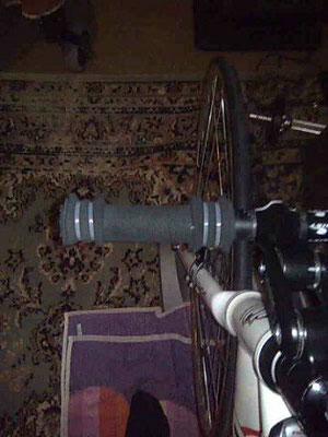 Anschläge aus Schaumstoff, damit nix verrutschen kann! Für Rennradtraining auch ohne Kletthandschuh völlig ausreichend