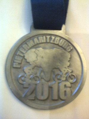 So sehen die Medaillen aus, vorne der Elefantenkopf, dass Symbol von Pietermaritzburg und auf der Rückseite der Name des Event
