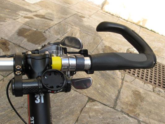 Bremse und komplette Schaltung rechts, Ergogriff um beim Einzelzeitfahren länger greifen zu können und dadurch mit dem Oberkörper flacher zu werden.
