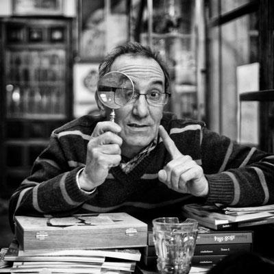 Mi buen amigo, el ceramista y pintor Pablo Sanguino. La foto está tomada en su tienda de antigüedades un día de charla habitual con el aderezo del humor inteligente de Pablo .