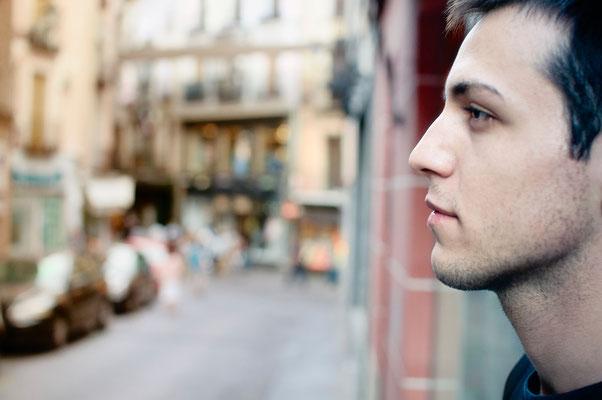 Javier, mi peluquero. Tiene una inquietud por aprender y una curiosidad intelectual enorme. Me encanta su alma de filósofo. Foto tomada en la Cuesta de Belén, con la Calle Ancha al fondo.