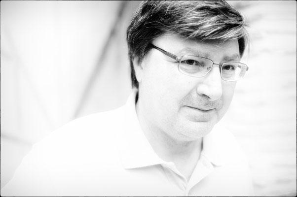 Javier Pedromimgo, fotógrafo, diseñador web, especialista en comunicación, inventor, genio de la electrónica. Ver su estudio lleno de chips, válvulas, radios antiguas, etc., es como entrar el laboratorio de Regreso al Futuro: siempre aprendes algo nuevo.