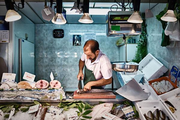 Rafa, el pescadero del mercado de Toledo es una persona amable, de conversación inteligente y de oficio apoyado en la tradición familiar. Pertenece a un género de profesionales que no sólo conoce cómo hacer bien su labor, sino que conoce las preferencias
