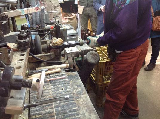 内径を削る機械は数台あり、これらを使いながら内径を円錐形に彫り上げています