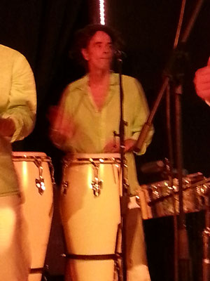 Che: Percussion, Gesang