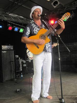 Antonio: Gesang, Gitarre, Percussion