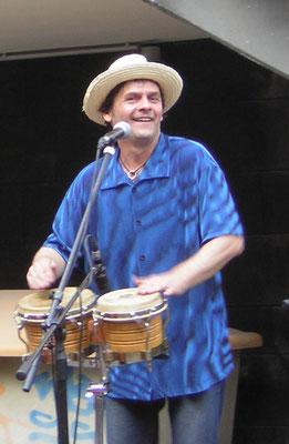 Stefano: Percussion, Gesang