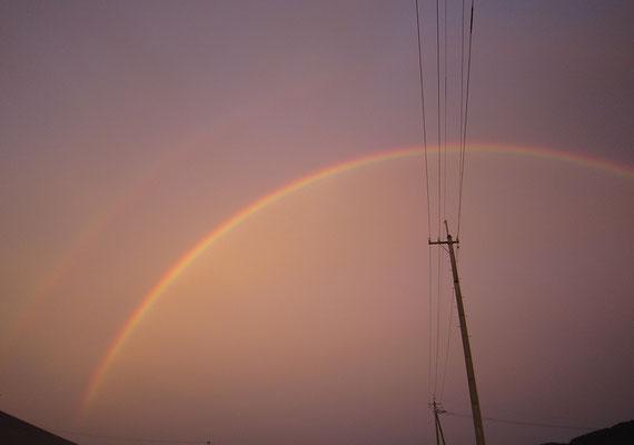 梅雨の日の天気雨、夕方に運転していたら虹が見えました。二重の虹なんて珍しいな、と思いました。