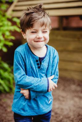 Junge lacht in Kindergarten