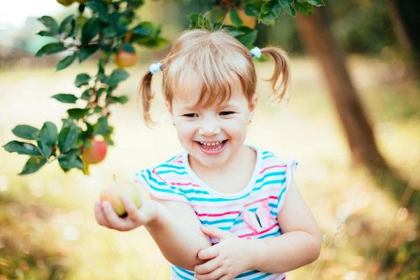 Kind lacht bei Kindergartenfotografie