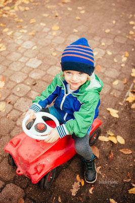 Junge auf Bobby Car