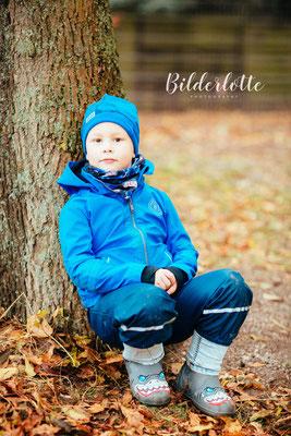 Junge im Herbst