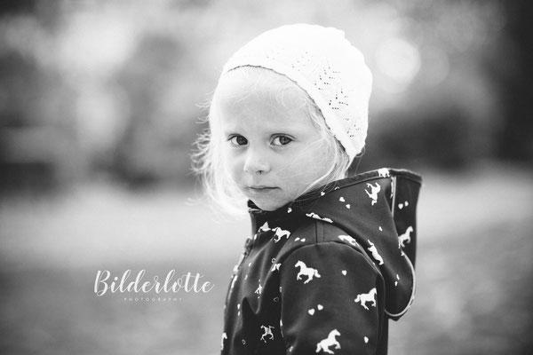 Mädchen mit Mütze im Kindergarten