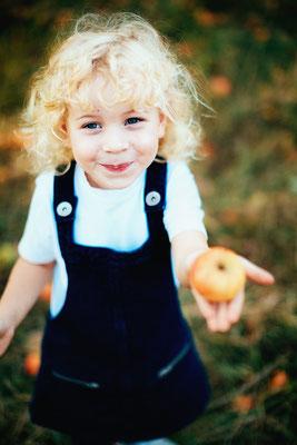 Kinderportrait Kitafoto vom Mädchen mit Apfel