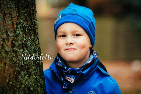 Junge mit Mütze im Herbst