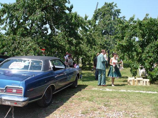 Een bruidspaar in de boomgaard, trouwen