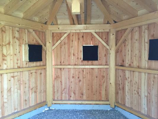 Blick ins Innere der Brutbeobachtungsstation mit den abgedeckten Nestkästen die die Vögel von außen durch das Einflugsloch erreichen