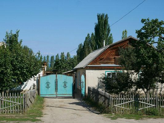Grand portail et balcon de bois, modèle de maison traditionnelle