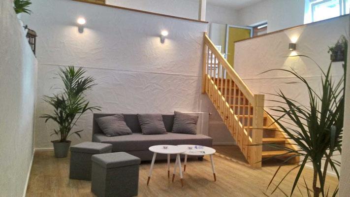 Ferienwohnung Freiburg Wohnbereich mit Aufgang zum Ess und Küchenbereich