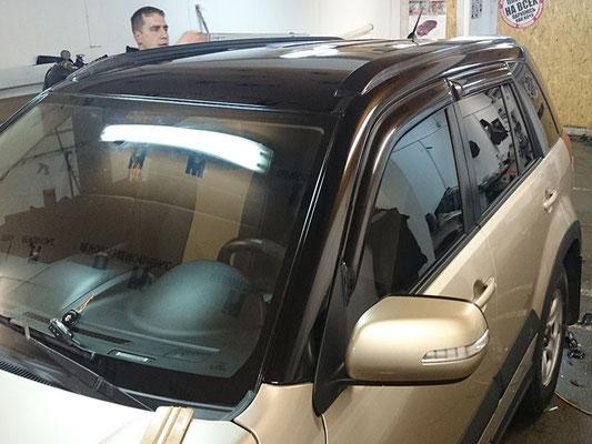 Черный верх автомобиля глянцевой виниловой пленкой