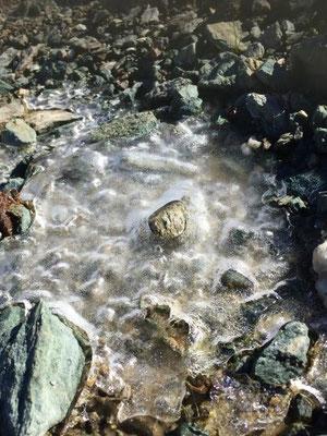 Kunst aus Eis in einem Bergbach hoch oben, Sils Maria/Foto L.Moulin-Gallego