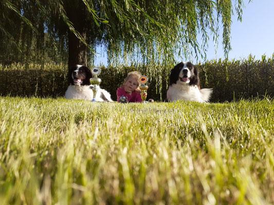 Tochter Badia und Hummel mit Franzi im Garten posen