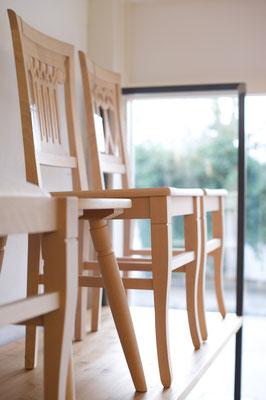 Stühle: viele verschiedene Modelle zum Probesitzen am Lager