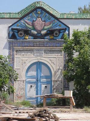 Une des portes du Musée