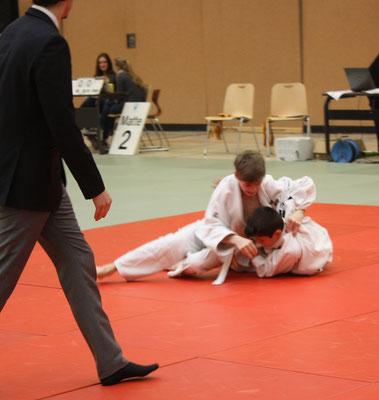 Martin Koschel li. hat den Gegner gerade geworfen und setzt zum Haltegriff nach