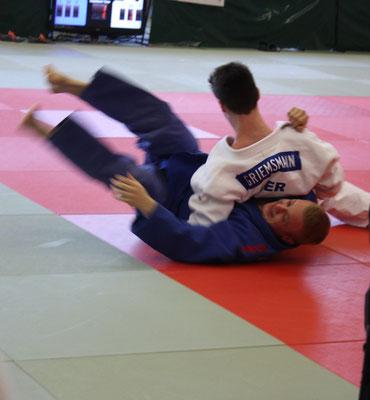 Griemsmann hält den Gegner im Auftaktkampf.